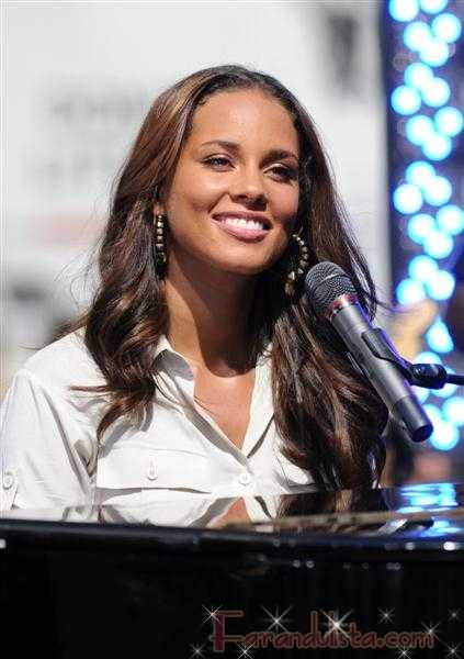 Alicia Keys se cae en el escenario del Essence Music Festival