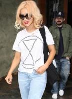 Christina Aguilera y su esposo saliendo de Spago