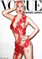 Lady Gaga vestida con carne en Vogue Hommes Japan