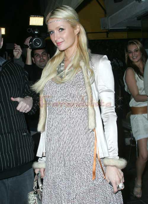 Paris Hilton tuvo implantes de senos a los 14?