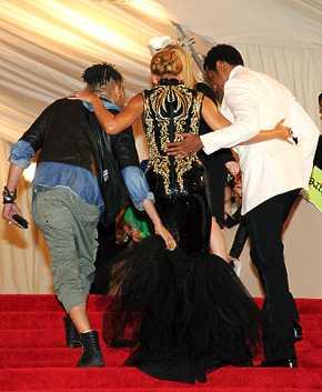 Celebs en el Alexander McQueen Savage Beauty Gala en el Met