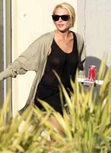Lindsay Lohan sin bra en el primer dia de trabajo comunitario