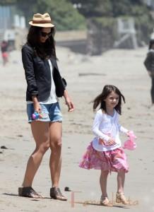 Katie Holmes y su hija Suri Cruise en la playa