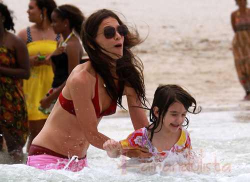 Katie Holmes muestra sus imperfecciones en la playa?