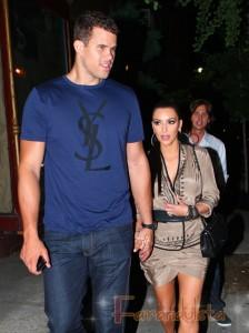 Kim Kardashian insiste, su trasero es REAL! Yeah, Sure!