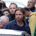 Brad Pitt saluda a sus fans en el set de World War Z