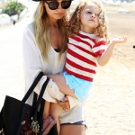Nicole Richie y Harlow Winter Kate en la playa