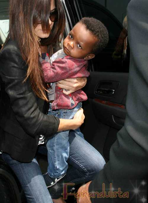 Sandra Bullock y su hijo Louis en el aeropuerto de L.A