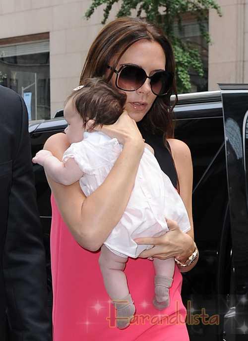 Victoria Beckham vuelve a los stilletos con baby Harper Seven