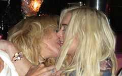 WTF?? Lindsay besando a su madre Dina? Ewwwww Hell NO!