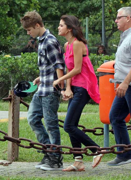 Justin Bieber y Selena Gomez besándose - PDA!