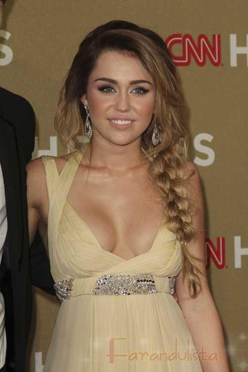 Miley Cyrus se aumentó los senos?
