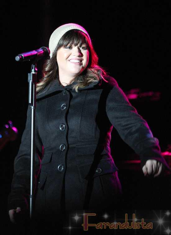 Kelly Clarkson se rie de los rumores de que es lesbiana