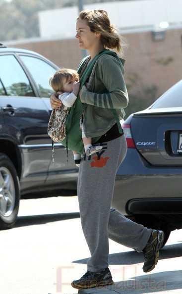 Alicia Silverstone le da comida masticada a su hijo Bear Blu
