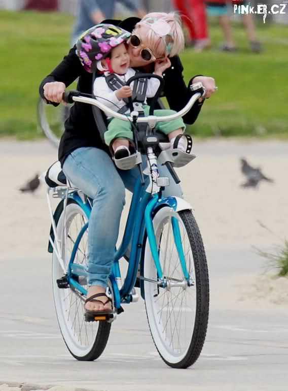 Pink con su hermosa familia en Bici el Dia de Las Madres! Aww CUTE!