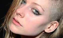 Avril Lavigne estrena nuevo look! Rapa un lado de su cabeza