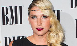 Kesha tiene un nuevo tatuaje… en la boca