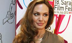 Angelina Jolie muestra su anillo de compromiso