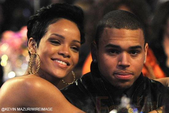 Rihanna y Chris Brown se besan en público en un yate...