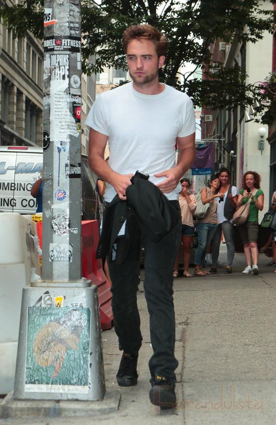 Robert Pattinson reaparece y luce muy bien
