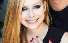 El anillo de compromiso de Avril Lavigne valorado en $350 mil dolaretos