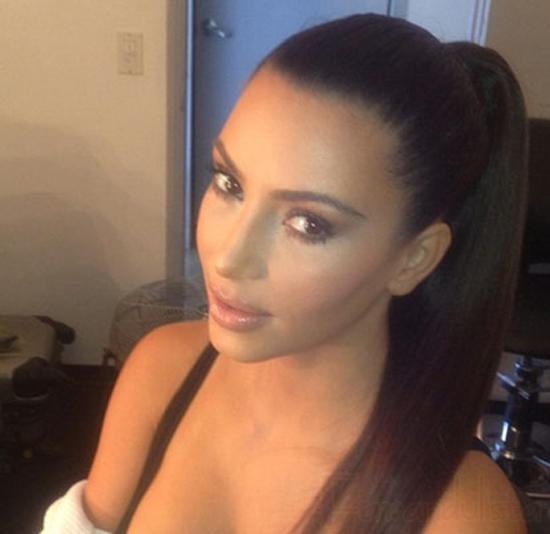 Kim Kardashian revela el secreto de su rostro perfecto! Maquillaje!!