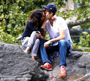 Ooohhh... Mila Kunis y Ashton Kutcher besandose en Central Park!!