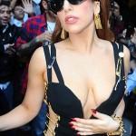 Lady Gaga usa el mismo vestido Versace de Liz Hurley!!