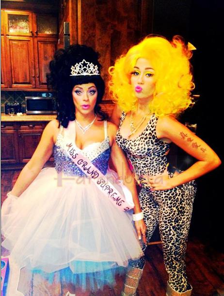 Miley Cyrus se disfraza de Nicki Minaj en Halloween!!
