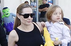 Angelina Jolie y sus hijos comprando los disfraces de Halloween