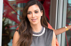 Kim Kardashian muestra un enorme… anillo – BODA? LOL!