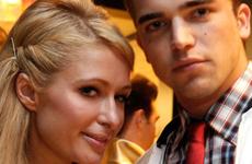 Paris Hilton lo hace con una chica y arrestan a su novio
