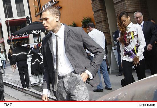 Chris Brown se presenta en la corte con Rihanna!!!