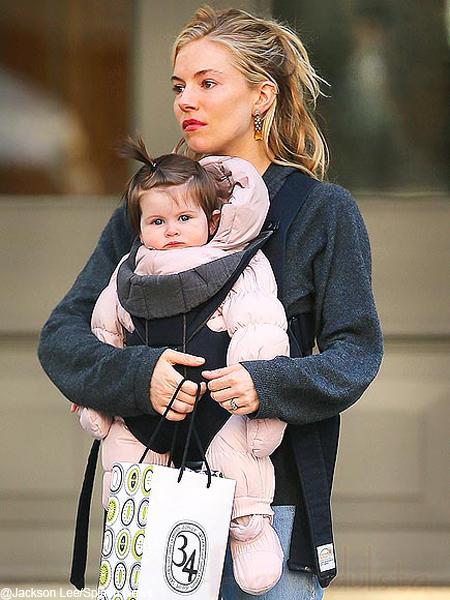 Sienna Miller y su bebita Marlowe Awww... SUPER CUTE!!!