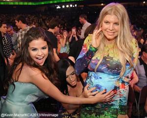 Fergie muestra su baby bump en los Kids Choice Awards 2013