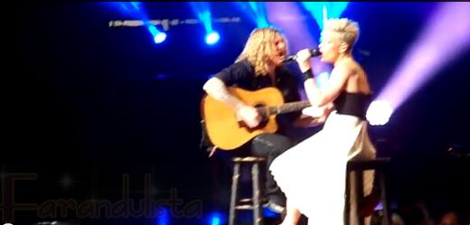 Pink detiene concierto para reconfortar a una niñita llorando