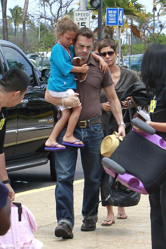 Guess What? Olivier Martinez golpea a un pap en el aeropuerto