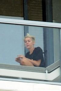 Qué fumaba Miley Cyrus en el balcón del hotel en Miami?