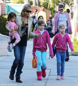 Denise Richards cuidará a los gemelos de Charlie Sheen y Brooke Mueller