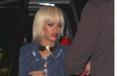 OMG!! Menos mal es peluca!!! Rihanna rubia platinada