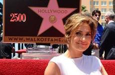 Jennifer Lopez con su estrella en el Paseo de la Fama de Hollywood