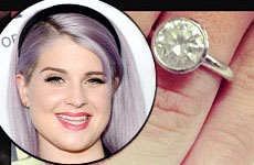Kelly Osbourne muestra su anillo de compromiso