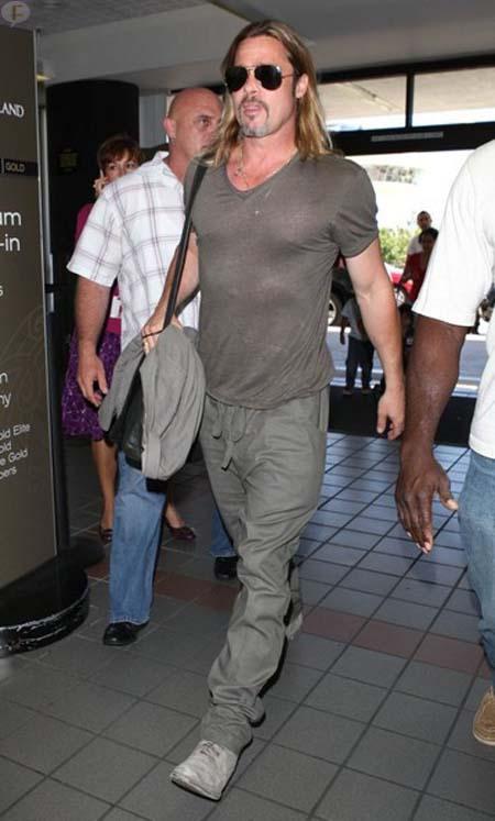Brad Pitt huele mal - He STINKS - Ewww!