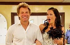 Jon Bon Jovi lleva a una super fan al altar!