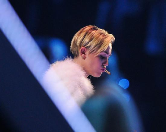 Miley Cyrus fuma marihuana en los MTV EMAs