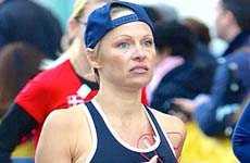 Pamela Anderson adolorida luego del Maratón de New York