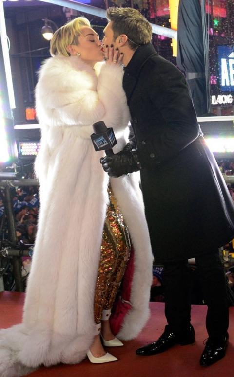 Miley Cyrus usa un abrigo de piel en Time Square
