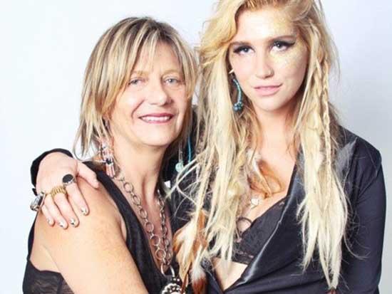 La madre de Ke$ha se une a su hija en Rehab