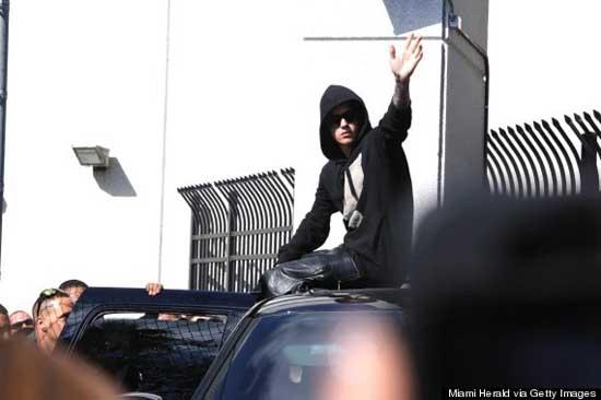 Justin Bieber sale de la cárcel y saluda a sus fans