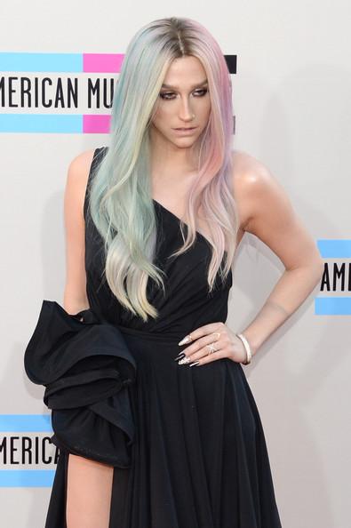 Kesha a Rehab, culpa al jefe de su disquera